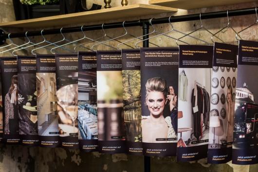 Im Pop Up Store zeigten Kleiderständer die Partner der Mastercard Priceless City Aktion.