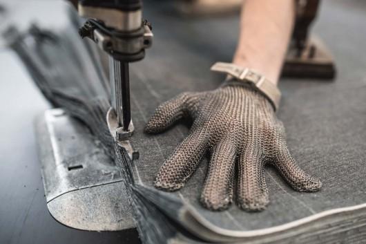 Der Jeansstoff wird bei Ruttloff Garments geschnitten und zusammen genäht.