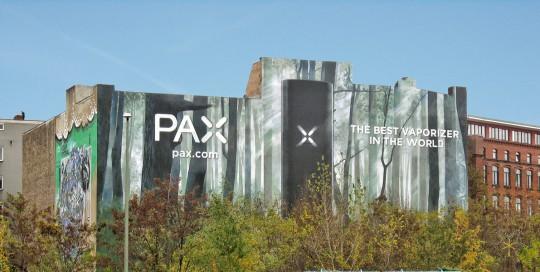 Die Fassadenwerbung von PAX zeigt den neuen Vaporizer, den CROMATICS Berlin mit Grafitti Künstlern an die Wand gebracht hat.