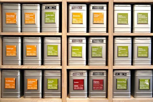 Die vielen Aluboxen halten nicht nur die Bio Teesorten frisch, sie stylen auch gleich den Laden mit ihrem eigenen Charme.