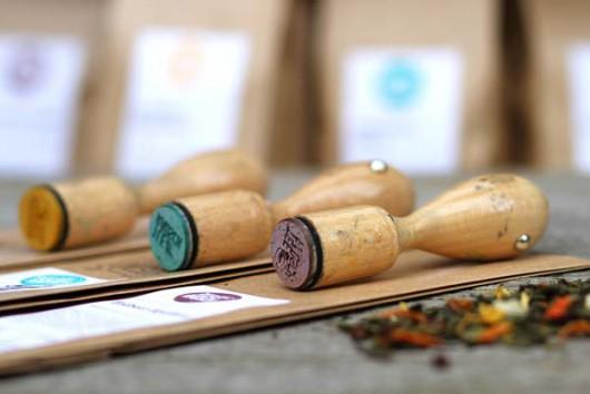 Stilvoll kann auch einfach gehen. Die Marke Teerausch zeigt zum Beispiel mit verschiedenen Stempeln ihre Vielfalt.