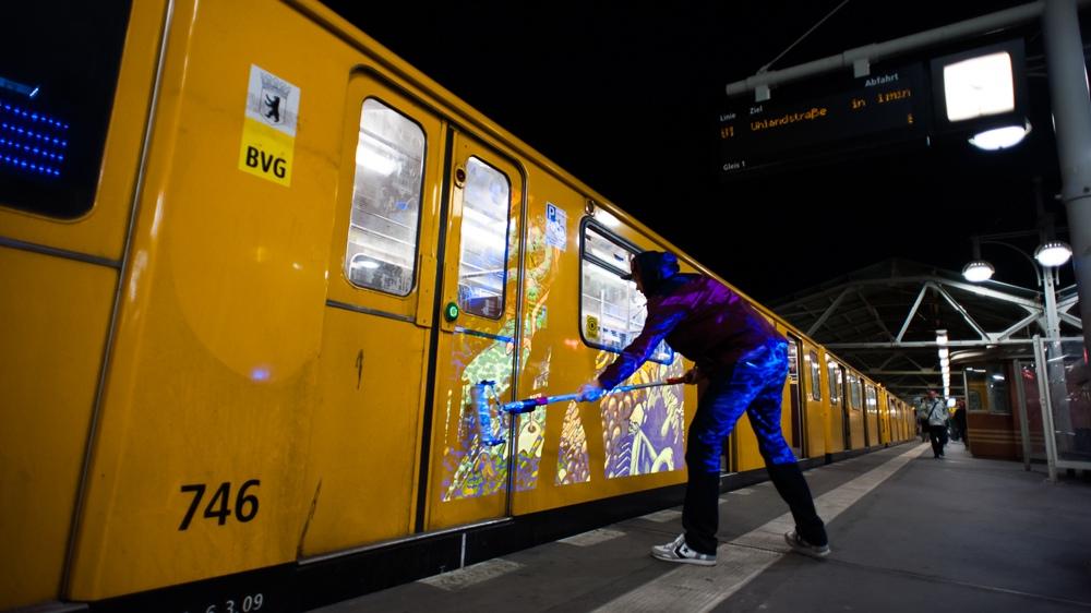 Selbst auf U-Bahnen in Berlin bemalt CROMATICS alles was Farbe und Licht abhält.