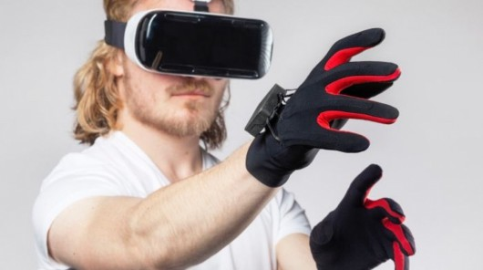 Mit VR Brille und Handschuhen mit Sensoren können wir uns in der App gestikulieren und Gegenstände bewegen.