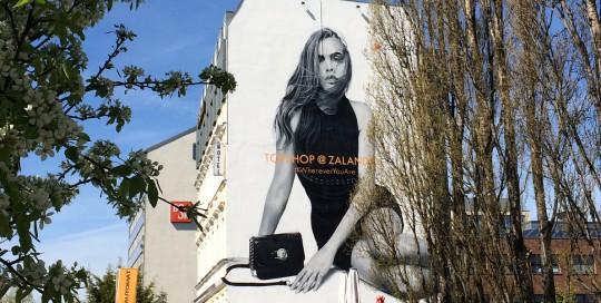 Für Zalando und dem Topshop setzte CROMATICS zwei Murals in Berlin und Köln um. Als Motiv wurde ein Model genommen, welches die Marke verkörpert.