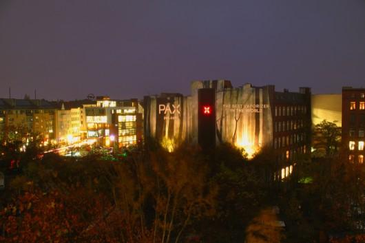 Attention-Economy: auch bei Nacht macht die PAX Vaporizer Wand was her. Verantwortlich dafür? CROMATICS GmbH