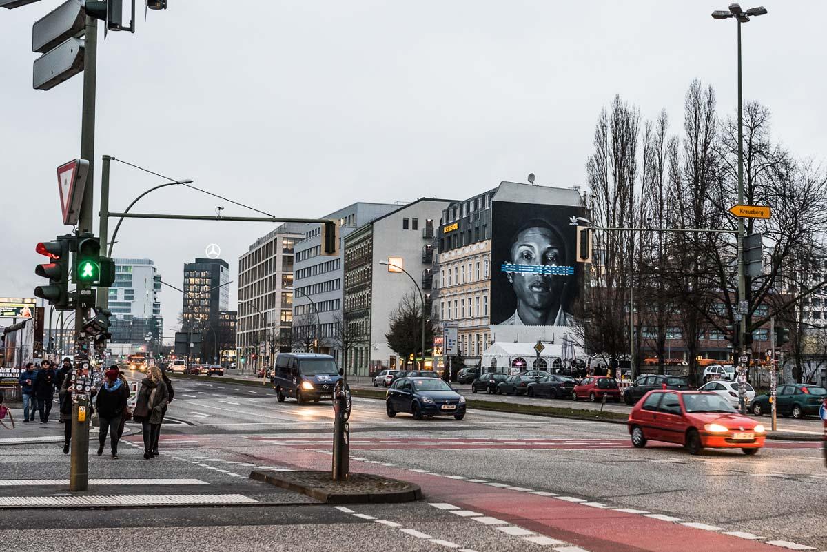 Zum Start der Adidas Superstar Schuh Kampagne entstand in Berlin Mitte ein Mural mit dem Gesicht von Pharrel Williams . CROMATICS organisierte Künstler für diese Out Of Home Kampagne.