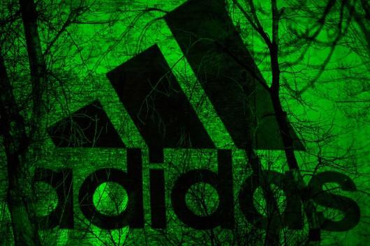 Das adidas Logo strahlt durch die urbanen Vernetzungen hindurch. Berlin Kreuzberg wird von adidas eingenommen.