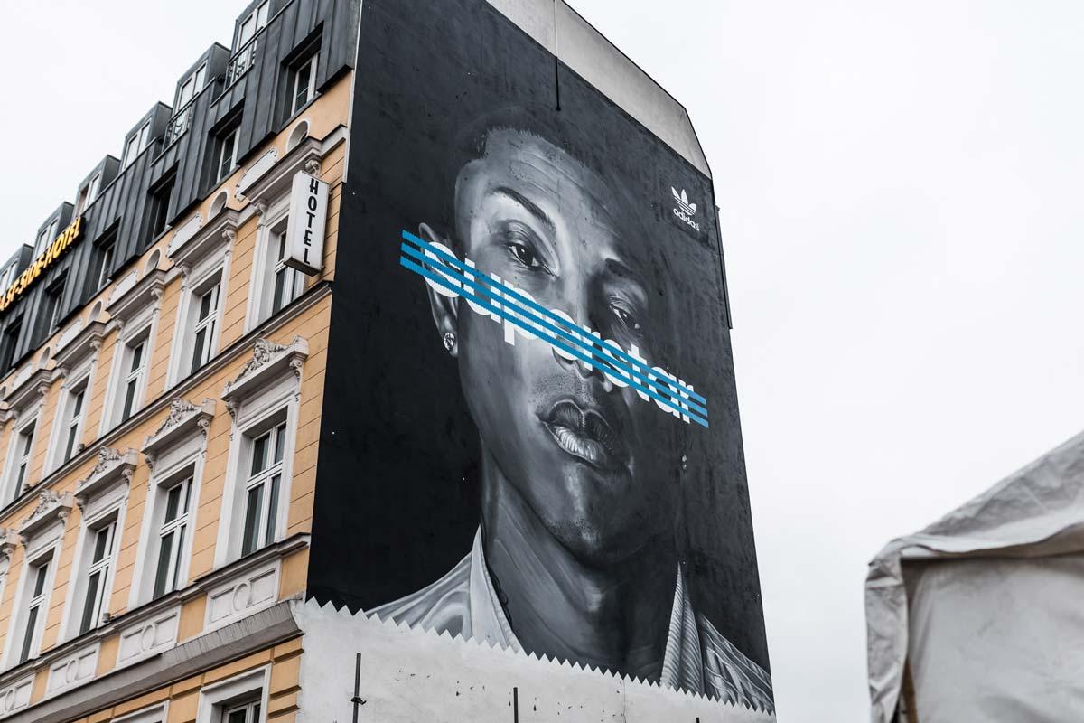 CROMATICS lässt ein Mural in Berlin entstehen. Zu sehen ist Pharrel Williams zur Out Of Home Kampagne von adidas Superstar Schuh.