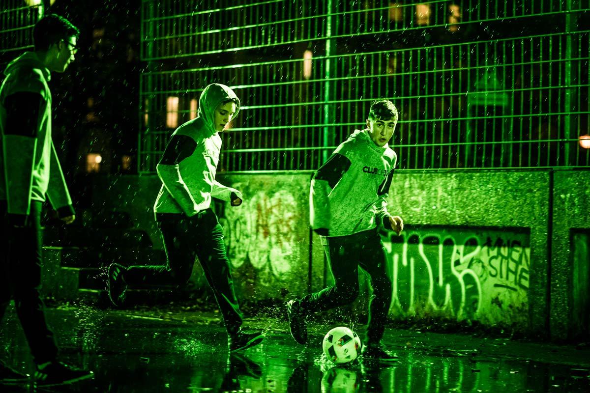 Kicken auf Berliner Bolplätzen. Für Adidas und CROMATICS kickten die Jungs im Regen.