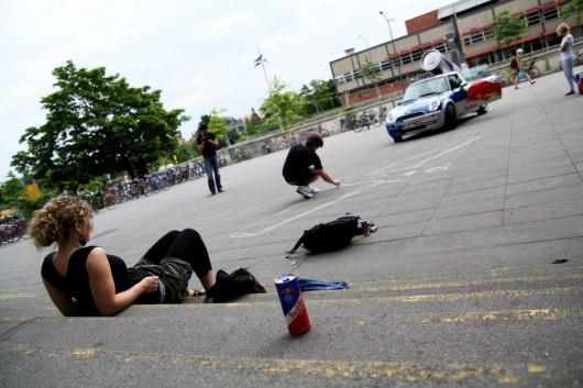 An der TU Dresden malt ein Street Artist für eine Guerilla Marketing Kampagne von CROMATICS und Red Bull.
