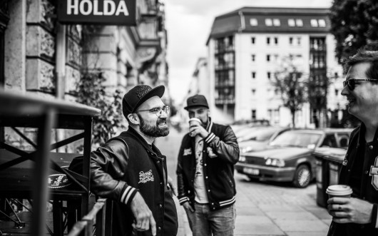 Andreas. Ron und Alex sind draußen in Berlin für die Agentur unterwegs.