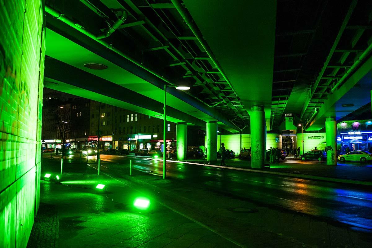 Die Straßenzüge um die Projektionen herum wurden in grünes Licht getaucht.