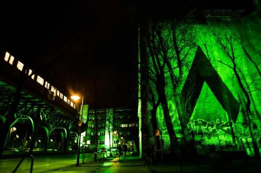 Das Kampagnenlogo der bethedifference Kampagne von adidas erhellt Berlin. Die Straßenzüge darum werden komplett in Grün getaucht.