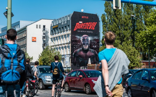 Daredevil wird gesehen mitten in Berlin. Das Mural organisierte CROMATICS.