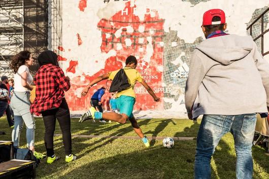 Die Berliner Kids blieben dabei und haben wie wild auf die #bethedifference Wand zum Day of change Event eingeschossen.