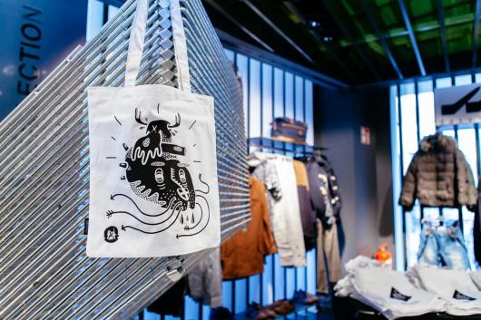 Besondere postdigitale Eventaktion. CROMATICS bringt Bags und Taschen nach Wien. Hier konnten die zahlreichen Besucher des Bershka Flagship Stores in Wien ihr Bag selber drucken