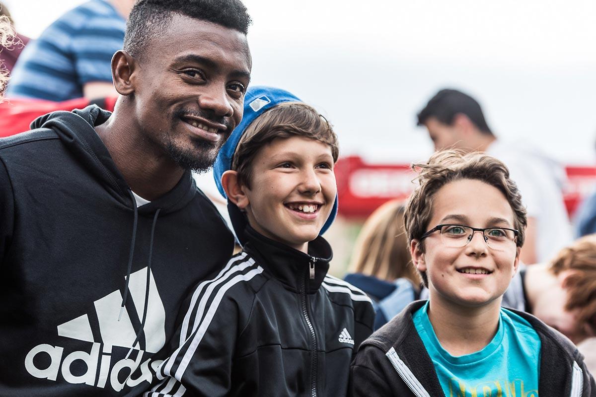 Einmal das Fussball Idol treffen. Dieser Wunsch erfüllte sich für einige Berliner Kids mit Salomon Kalou zum Start der #bethedifference Kampagne von adidas.