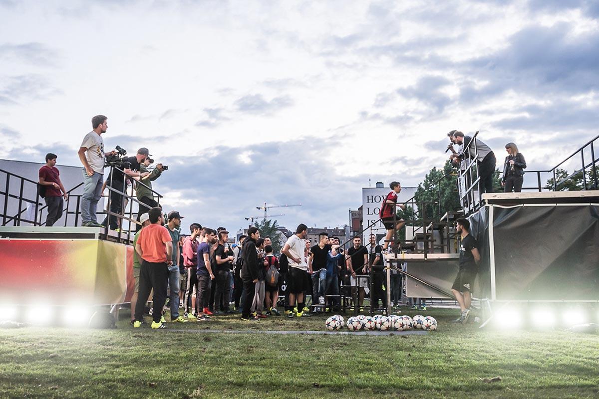 Eine beeindruckende Kulisse bot sich auf die Teilnehmer des Day of Change in Berlin. Bis zur Dämmerung wurde die Adidas Wand freigeschossen.