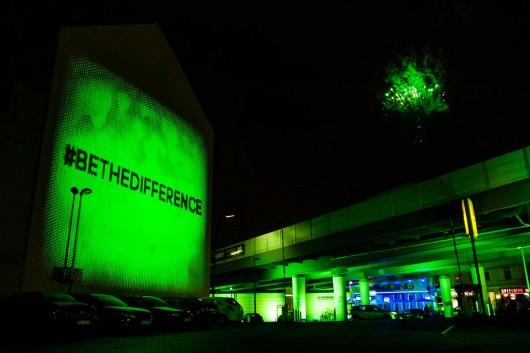 Bethedifference als Kampagnen Claim erleuchtet Berlin. Die Straßenzüge drumherum wurden grün eingefärbt.