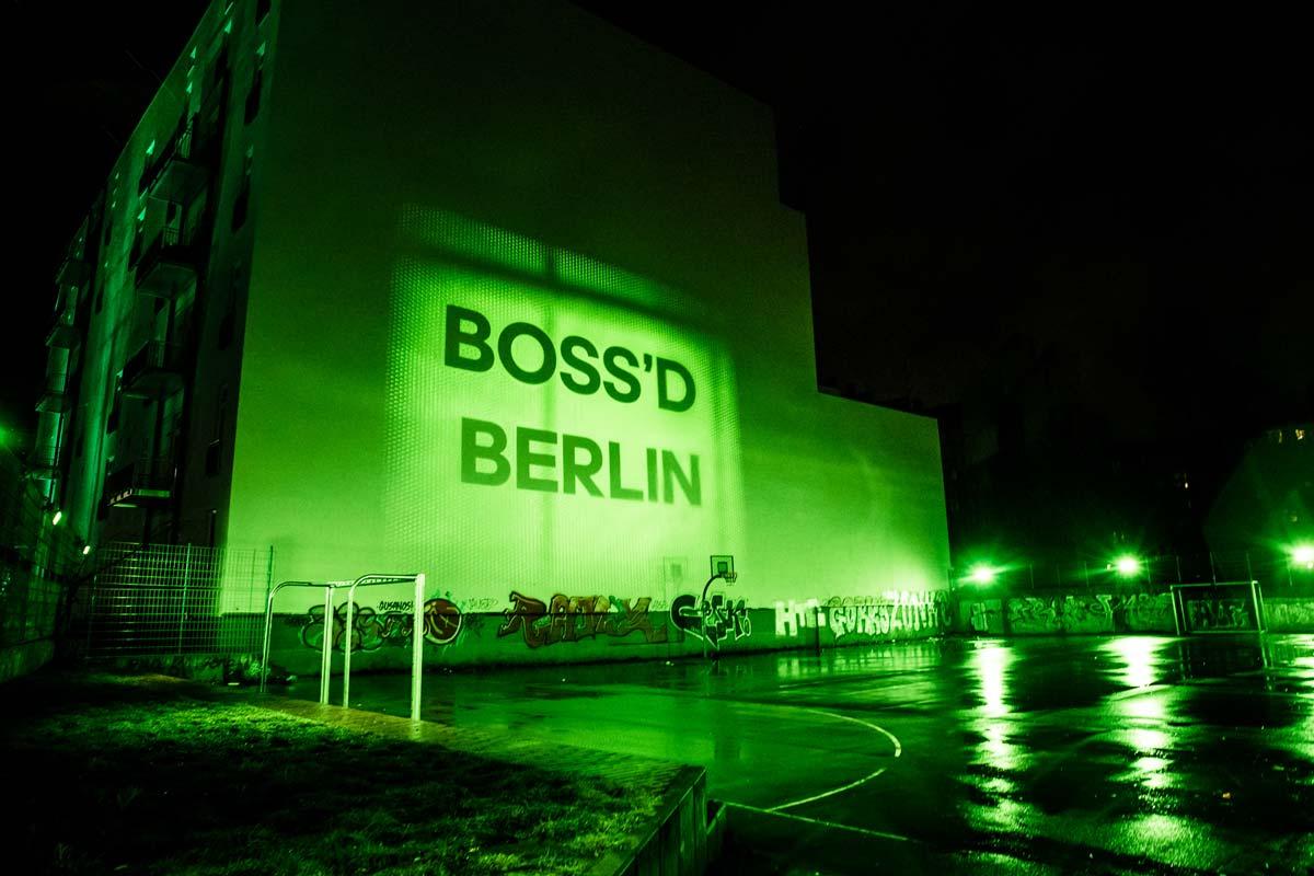 Grün leuchtet der Bolzplatz in Berlin. Mit Hilfe von intolight wurde das Spektakel umgesetzt.