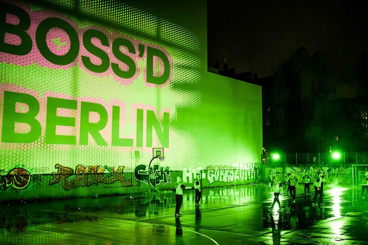 Auf einem Bolzplatz in Berlin spielen die Kicker des CO35. Der Kampagnen Claim erhellt dabei den Bolzplatz