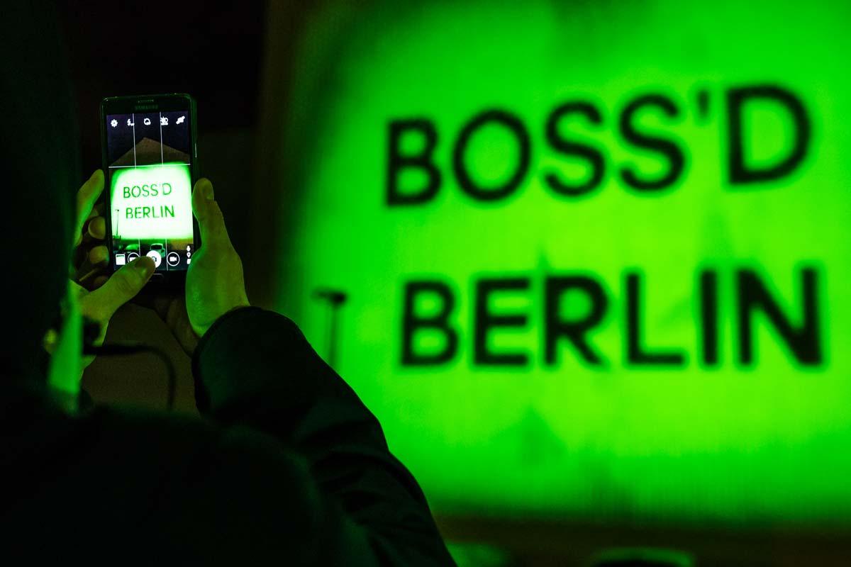 Passanten fotografierten die Aktion von adidas, die die Hauptstadt in grünes Licht tauchte.