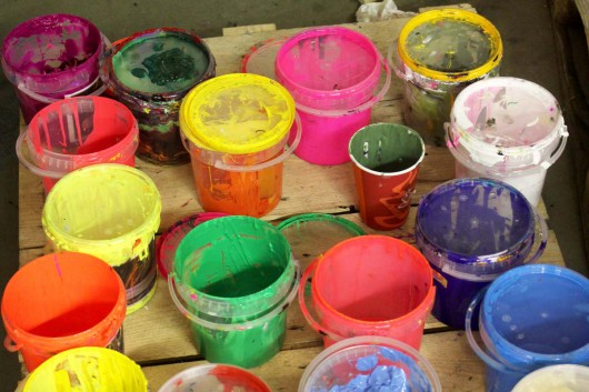 Farben für die Siebdruckmaschinen in der Werkstatt von Go Forth Levis.