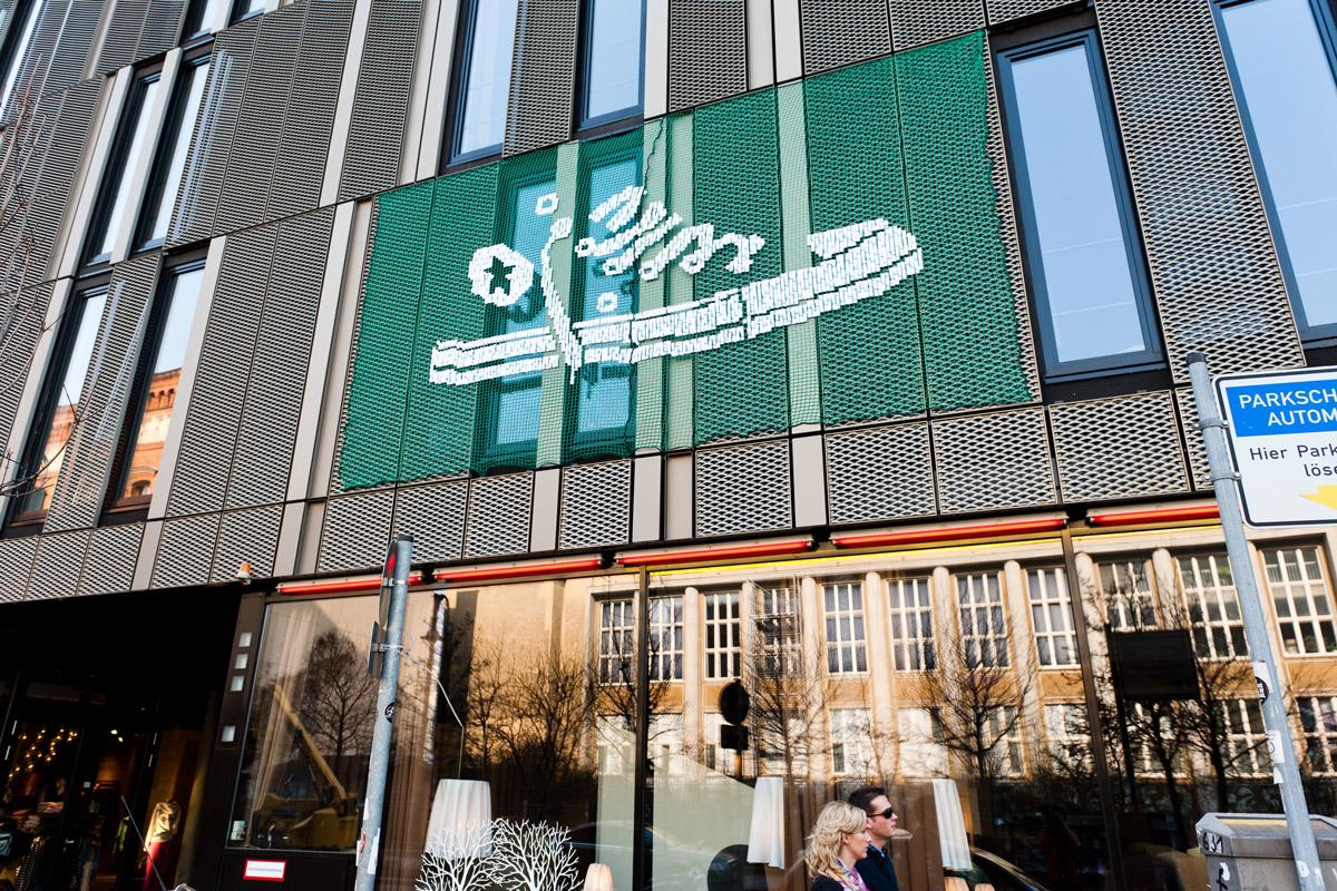 Urban Knitting war die dritte Möglichkeit in die Stadt mehr Farbe zu bekommen. Am Weinmeister Hotel in Berlin gestaltete CROMATICS die Hausfassade neu.