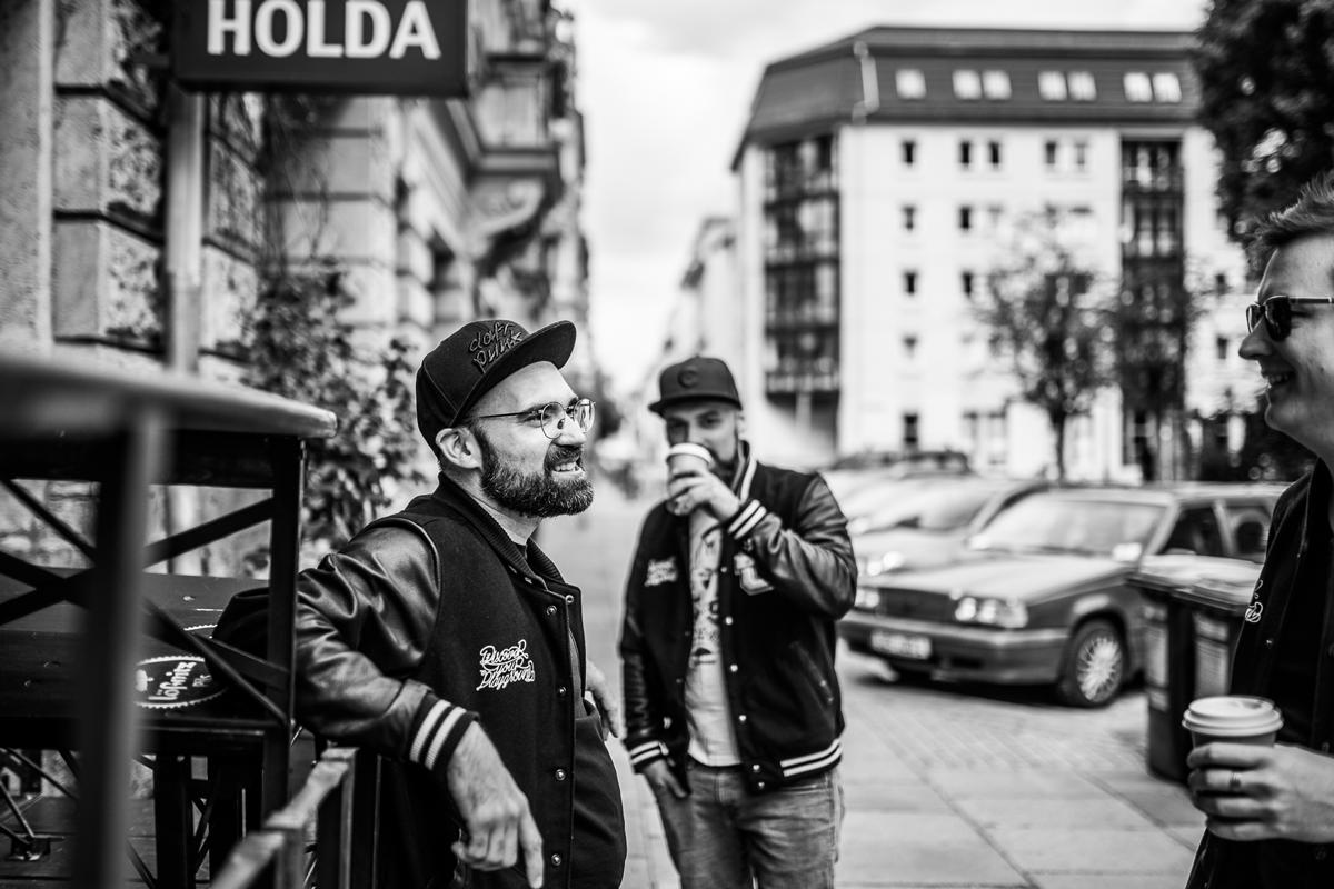Berlin haut dich um. Uns nicht. Schnell einen Coffe to go für die Andreas, Alex und Ron und weiter geht´s durch Berlin.