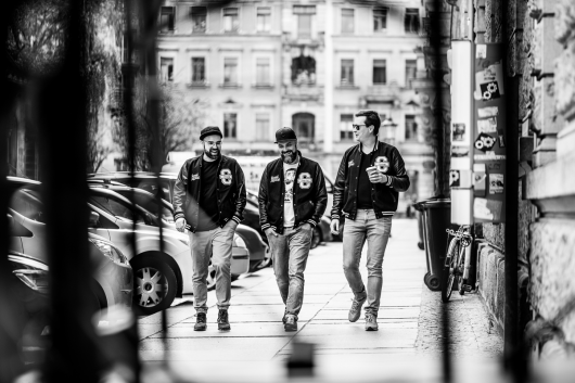 Durch die Straßen der Neustadt in Dresden – Andreas, Alex, Ron. Immer für CROMATICS unterwegs.