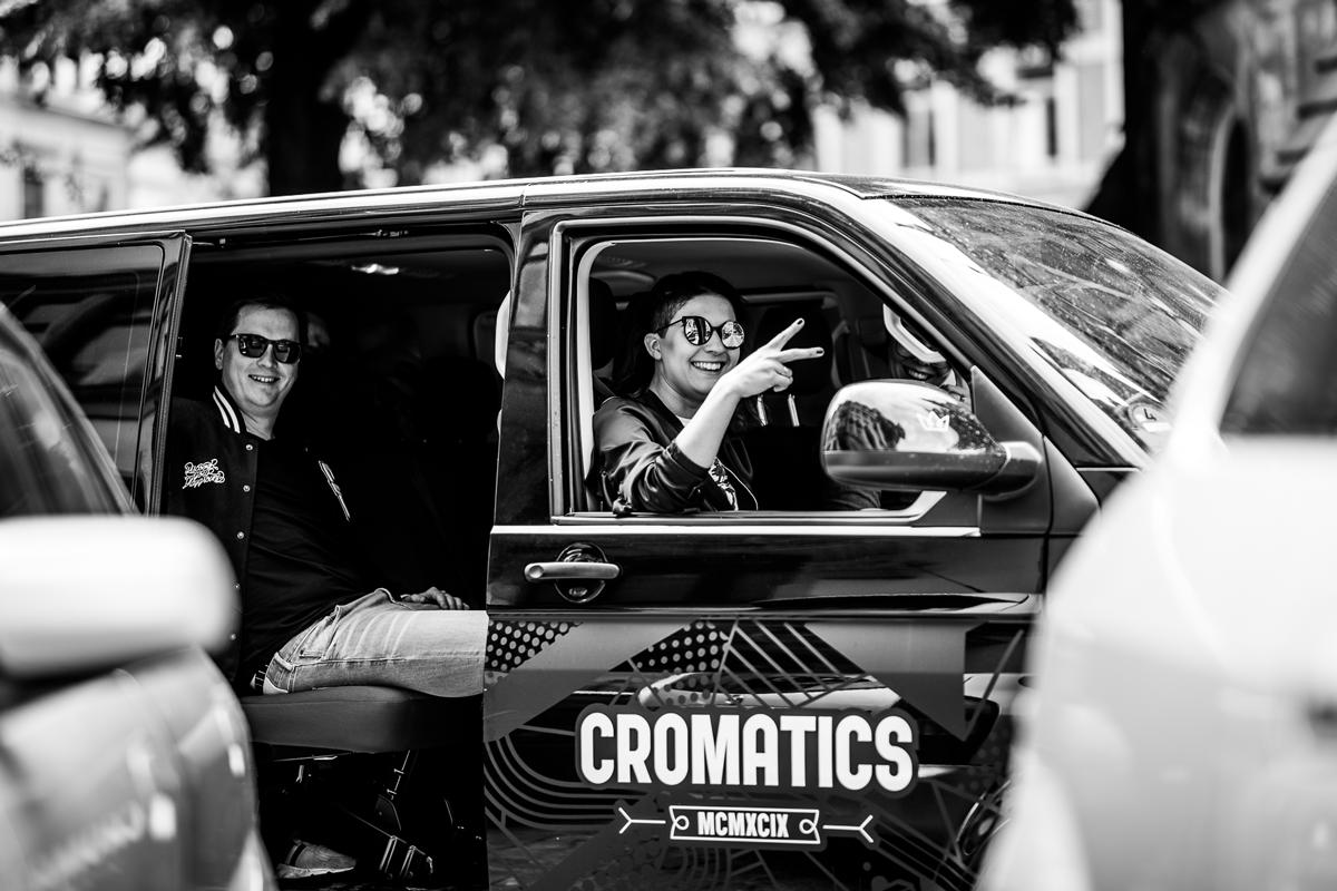 Ron und Steffi cruisen mit dem CROMATICS Bus durch Dresden.