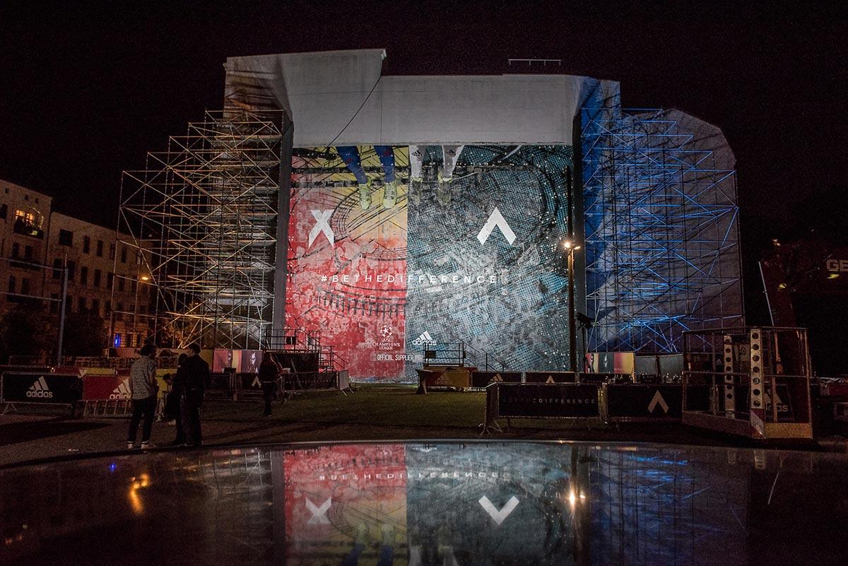 Geschafft, das Bild mit den neuen X und Ace Fussball Schuhen von Adidas ist freigelegt. Berlin Mitte erstrahlt in den Kampagnenfarben bei Nacht.