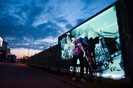 Beeindruckende Bilder, wenn das Tageslicht verschwindet. Mit buntem Licht entstehen Graffitigebilde.