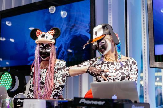 Das DJ-Team unterhält die Wiener Mode Welt im Bershka Store. Künstler aus dem Künstlerportfolio von CROMATICS.