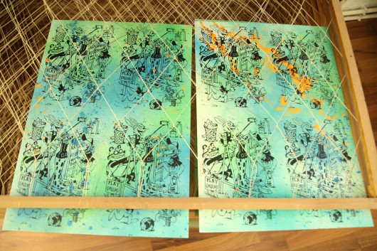 Per Siebdruck wurde das Motiv von GoGoPlata auf die Neujahrskarten gebracht. Das Motiv entstand in der Zusammenarbeit mit CROMATICS und GoGoPlata.