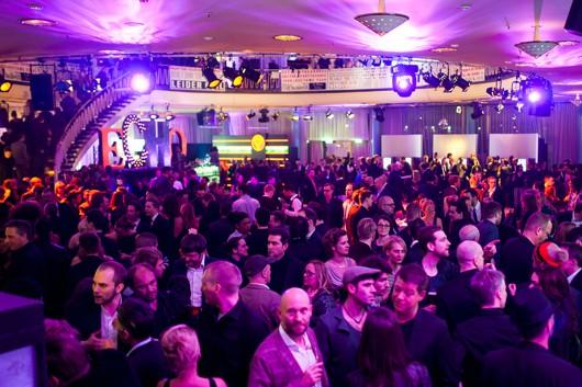 Die Menge des ECHO 2013 feiert mit CROMATICS und Takko in der Aftershow-Lounge.