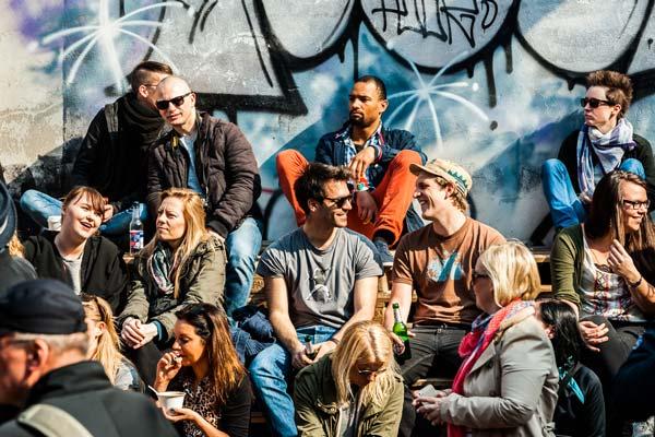 Die Stimmung ist super beim Converse Clash Wall Event in Berlin.