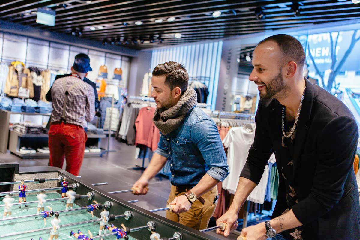 Kickern im Fashion Store. Bershka und CROMATICS machen es auf dem Event in Wien möglich.