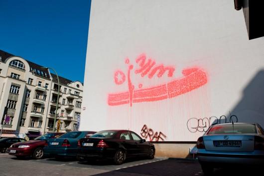 Mit Paintball Farbe beschoss CROMATICS eine Hauswand. Die Kanone folgte dabei dem Raster des Converse All Star Schuhs.