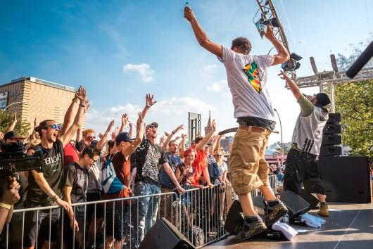 Samy Deluxe feierte mit der Crowd in Berlin seinen Geheim Gig für Bahlsen.