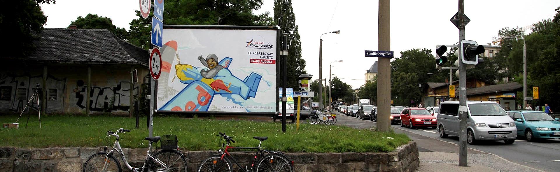 Die Outdoor Advertising Kampagne von CROMATICS wird von Street Artists aus dem Portfolio für CROMATICS gezeichnet.