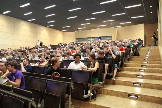 Studenten der TU Dresden sind überrascht über die Guerilla Marketing Aktion von CROMATICS und Red Bull.