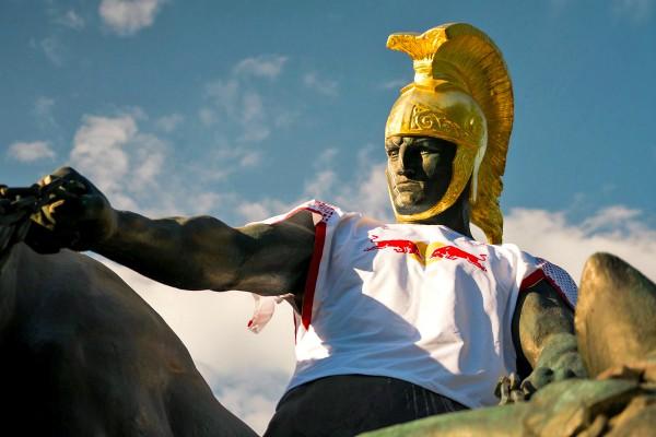 Die Statue des Jason im Zoo mit Trikot von RB Leipzig.