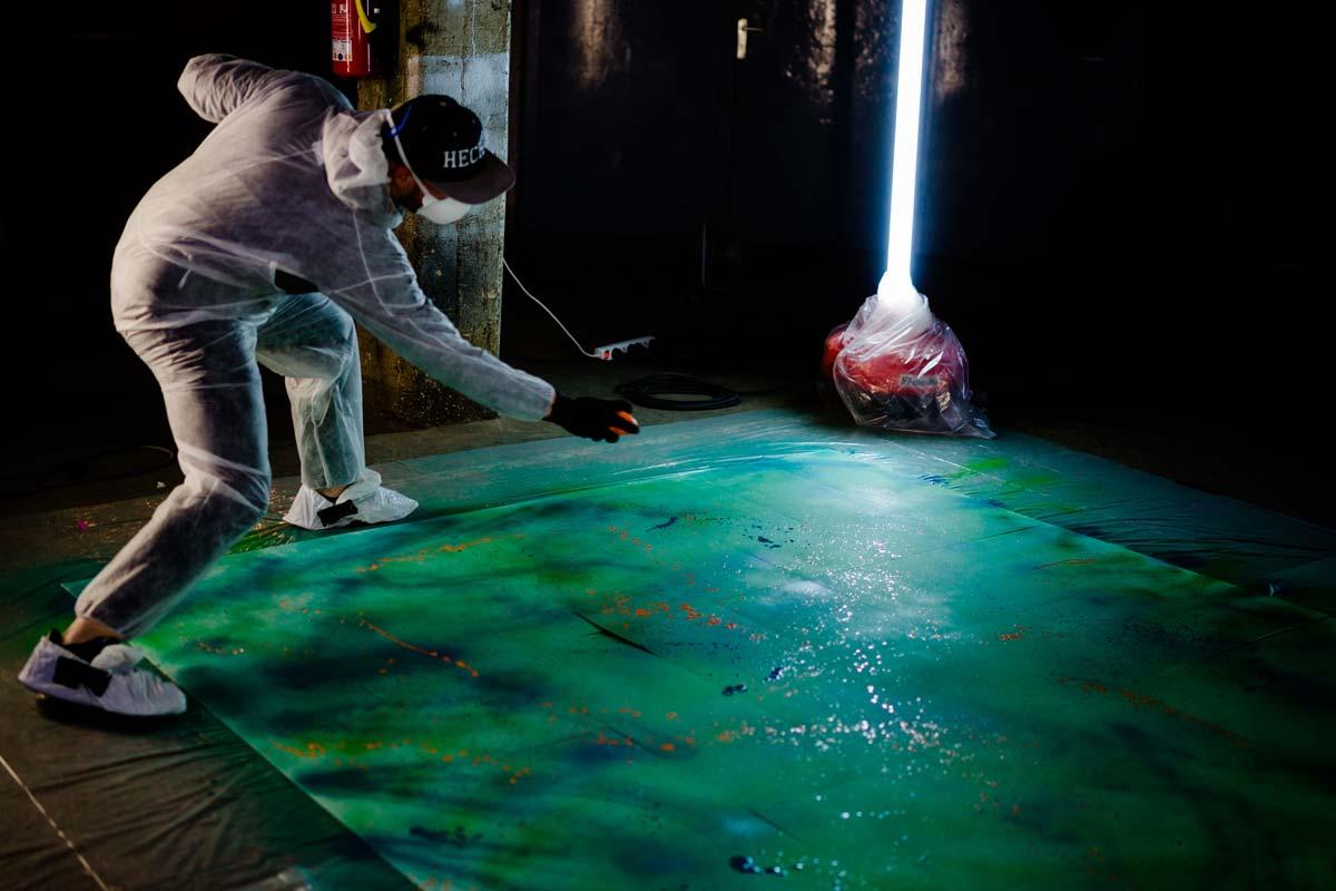 Jonny von CROMATICS sprüht Graffiti auf Neujahrskarten. Entstanden sind diese im Haus 7 in Dresden.