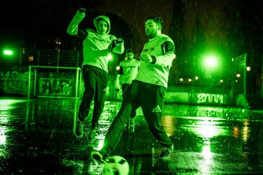Im Regen spielt es sich manchmal besser. Urban Kickers in grün für adidas.