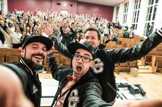 Begeisterte Family von CROMATICS und das Publikum der 99U Local in der Exzellenzuniversität Dresden.