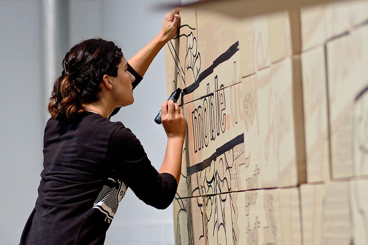 CROMATICS zeichnete die Konturen der Culture Wall vor.