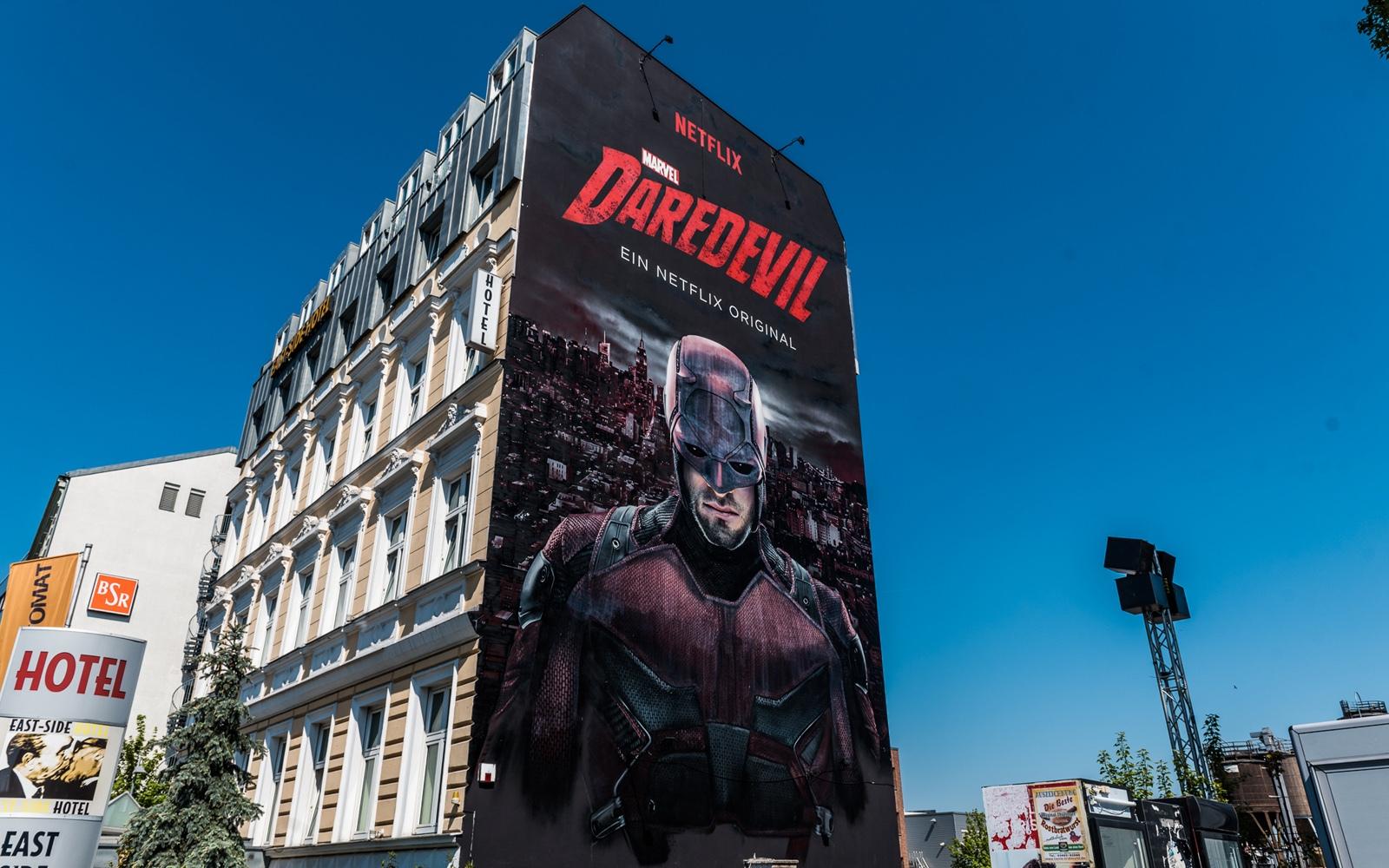 Daredevil wacht über Berlin. CROMATICS hat den Teufel an die Wand gemalt.