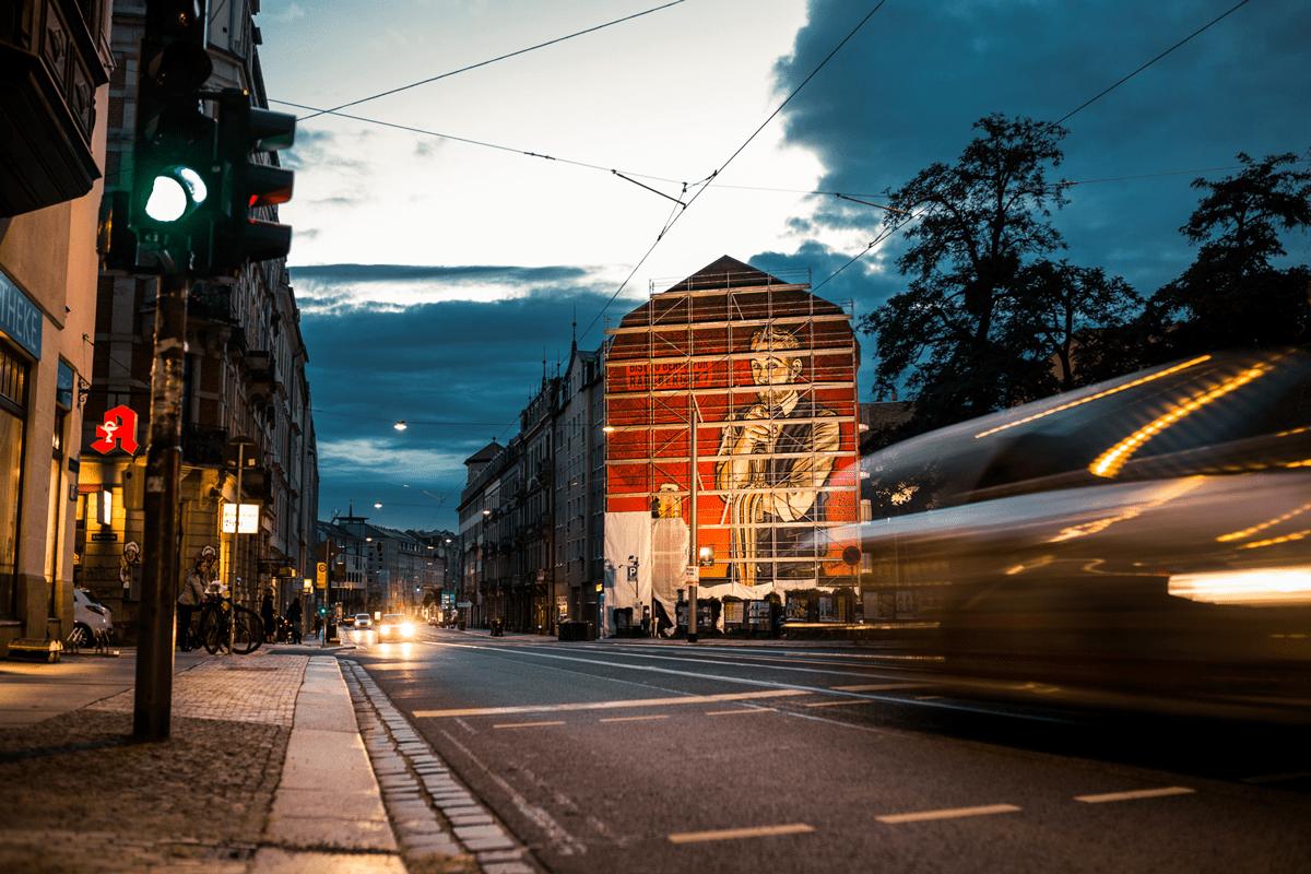 Bei Nacht ist die Fassadengestaltung ein Hingucker.