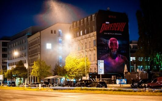 Nachts leuchtet das Mural dank einer UV Farbe. CROMATICS bringt Berlin zum Leuchten.